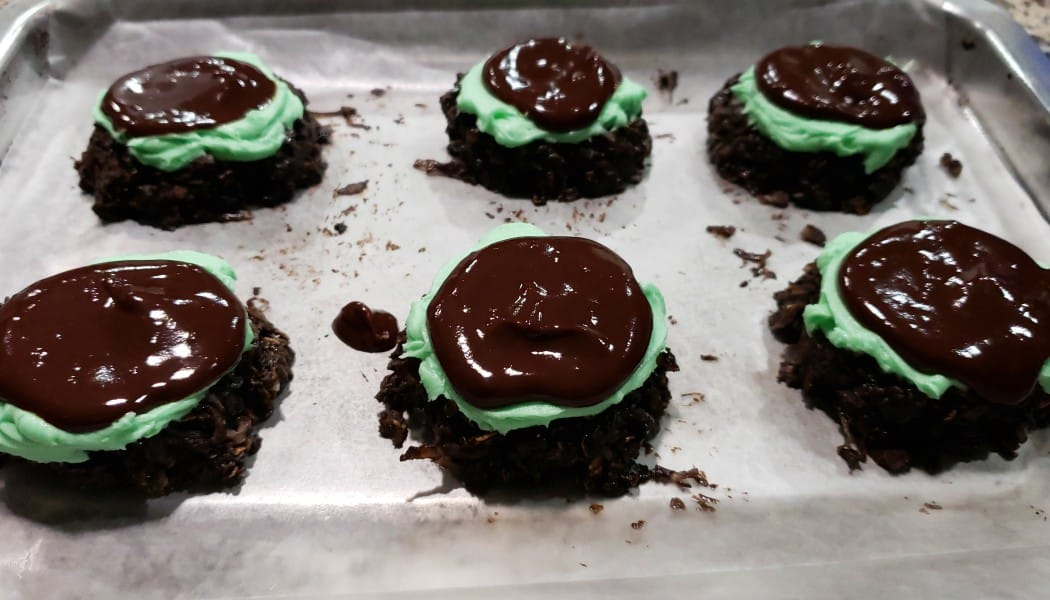6 no bake cookies with green mint frosting and chocolate ganache on top